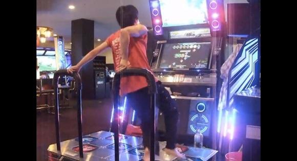 【神業】ダンスダンスレボリューションをプレイする日本人プレイヤーの足さばきがヤバすぎると海外で話題に
