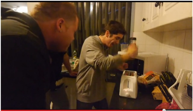 【マジで危険】ナイフをトースターに絶対に突き刺してはいけないことがよく分かる動画