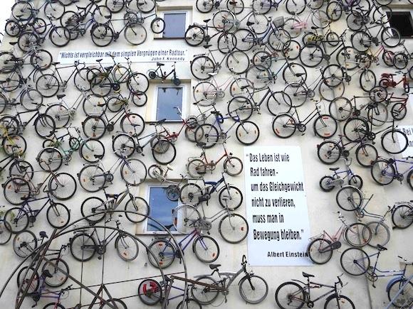 世界で話題となったベルリン郊外にある「すごい自転車屋」に行ってみた! 壁一面にびっしり自転車が!!