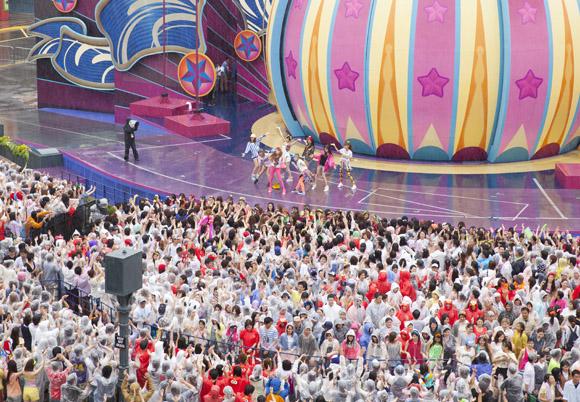 【土砂降りライブ】少女時代とファン4000人のダンスがスゴイ 「大丈夫か?」と思うほど女の子ファン熱狂!