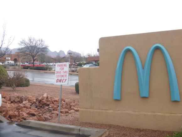 【トリビア】この世には1店舗だけ「青いロゴのマクドナルド」が存在する