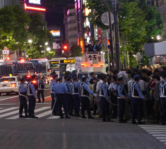 【危険速報】ワールドカップ予選で渋谷が超大混乱! スクランブル交差点が封鎖された影響で別の交差点がカオス状態に
