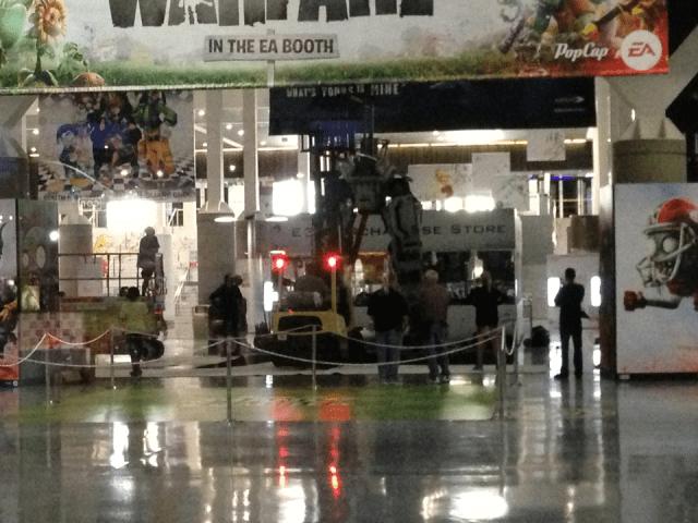 【速報】プレイステーション4の公開直後に「謎の巨大ロボットと巨大広告」がE3会場に現れたぞーッ!