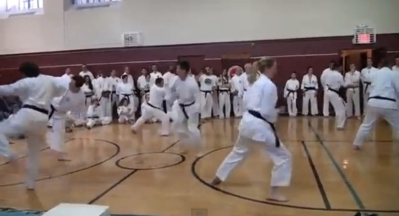 【衝撃格闘動画】絶望的に揃っていない空手黒帯軍団の演舞が話題