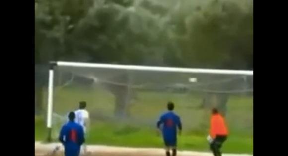 【衝撃サッカー動画】惜しすぎる! 史上最も不幸なシュートがこれだ