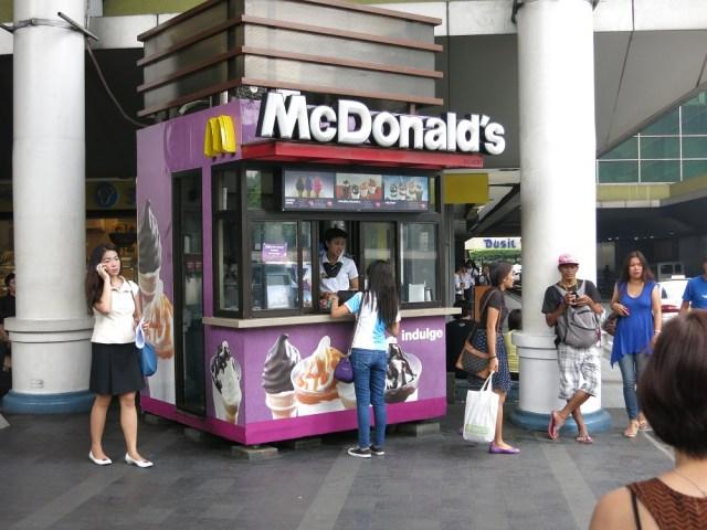 屋台っぽいマクドナルドに行ってみた / 売っているのはドリンクとアイスクリームだけ