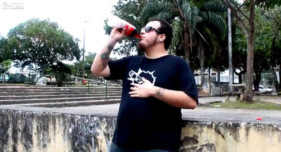 男性「コーラを大量に飲んでからメントスを食べたらこうなった」