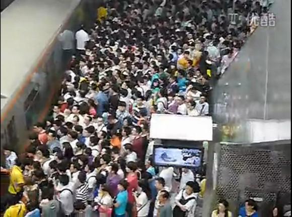 中国の地下鉄がカオスすぎ! 生きるか死ぬかの戦場状態だと話題に