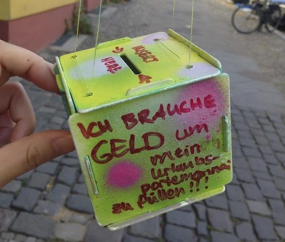 欧米の「金を乞う人」のアプローチは大胆かつユニーク! 「2階から箱を吊るして金を集める」など