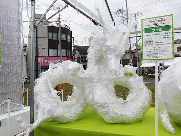ハンパない完成度! 埼玉・熊谷うちわ祭に飾られてたい・ろ・は・すのペットボトルアート「神龍」がスゴい!!