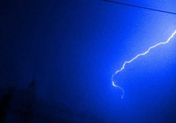 【注意喚起】雷が鳴ったらパソコンのコンセントは抜いたほうがいい