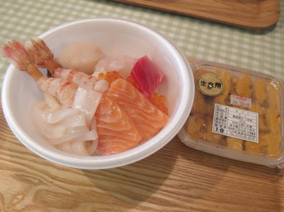 【青森県】好きな具を買って自由に『のっけ丼』を作れる市場が楽しい! 激安価格で超豪華ウニ丼も自作可能