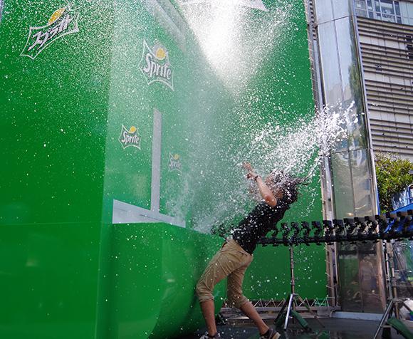 全身ビショビショ! バケツ2杯分の水しぶきが噴き出る「スプライト」のスプラッシュ自販機が遠慮なさすぎてマジやばい!!