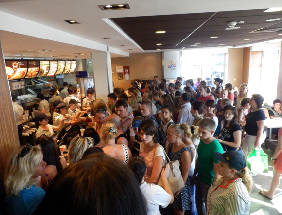 【ナターシャ通信】世界で2番目に混雑するキエフのマクドナルドは大変! 日本にないチキンロールはまずいです(泣)