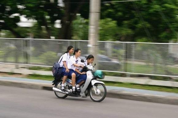 【衝撃画像】タイの女子高生のバイクの乗り方がスゴイと話題