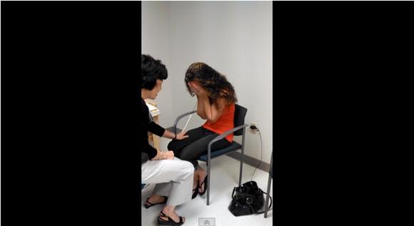 【感動映像】2歳で聴力を失った女性が人工耳により「夫の声を聞いた」瞬間映像