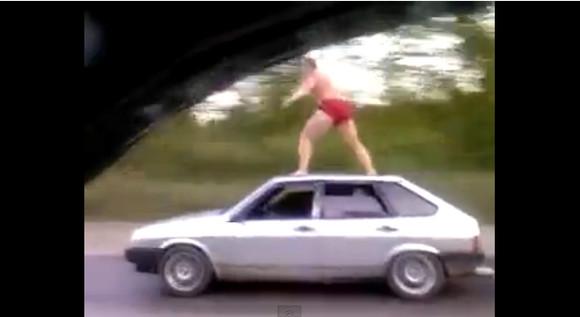 おそロシア!! クルマの屋根の上に乗る男が激撮され話題 / 運転席はどう見ても無人