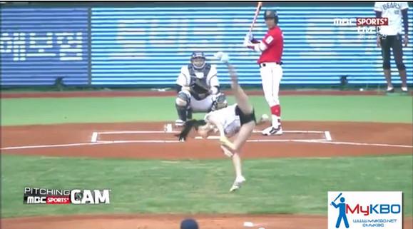 【衝撃野球動画】思わず二度見!! 美女が空中で開脚回転からのノーバン始球式 / ネットの声「すごい美脚」「変態仮面みたい」