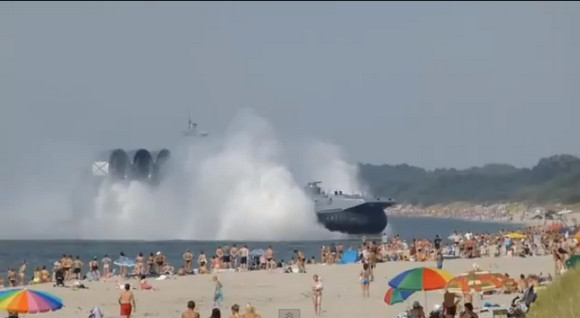 【おそロシア】ロシアの軍艦が問答無用に海水浴場に上陸! さすがのロシア人も呆然