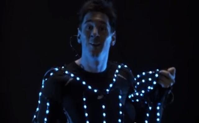 【衝撃サッカー動画】暗闇の中でLEDスーツをまとったメッシの動画が幻想的でカッコいいと話題