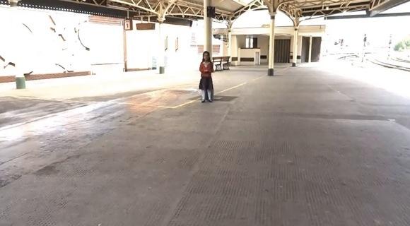 【衝撃映像】女の子をドット絵にして立体にした彫刻を日常生活に溶け込ませた動画がマジで怖い