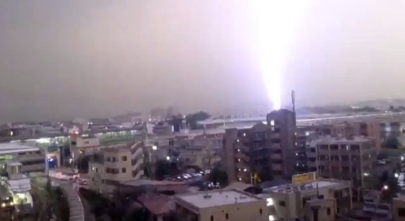 【衝撃動画】小田急線の列車に雷が直撃した瞬間の映像がスゴすぎる!!