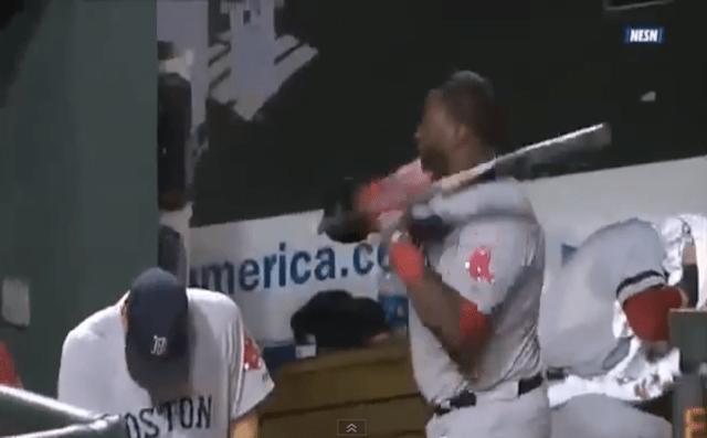 【衝撃野球動画】審判にブチギレた選手がベンチでバットを振り回して当たり散らす動画がマジで怖い
