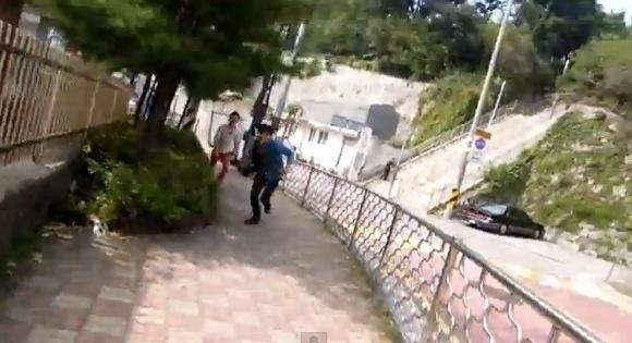 【衝撃動画】韓国を旅行していた西洋人が韓国人に道を聞いたらブチ切れられて襲われた動画が話題