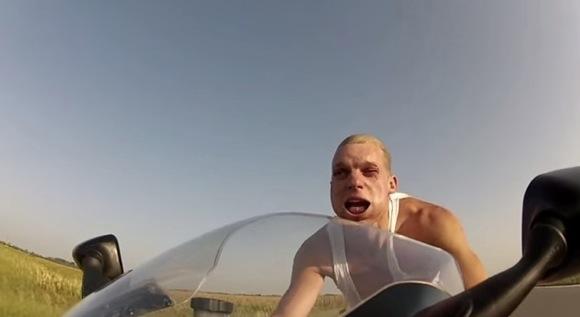 【衝撃バイク動画】ノーヘルで時速250キロを出すと顔がスゴイことになる