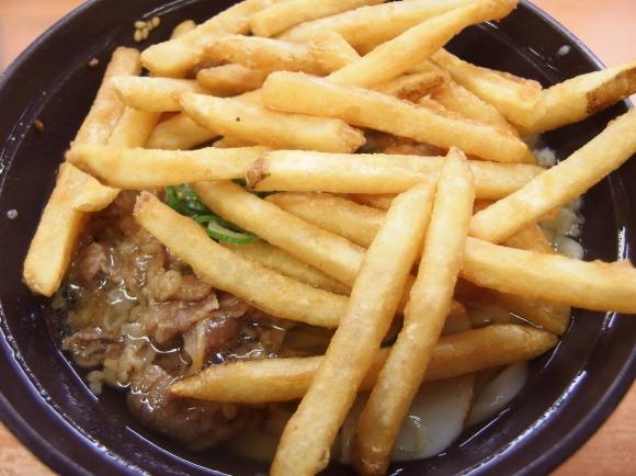 【禁断の味】スシローのポテトを肉うどんに乗せて食べる『ポテトうどん』が味覚神経をハッキングされるウマさな件