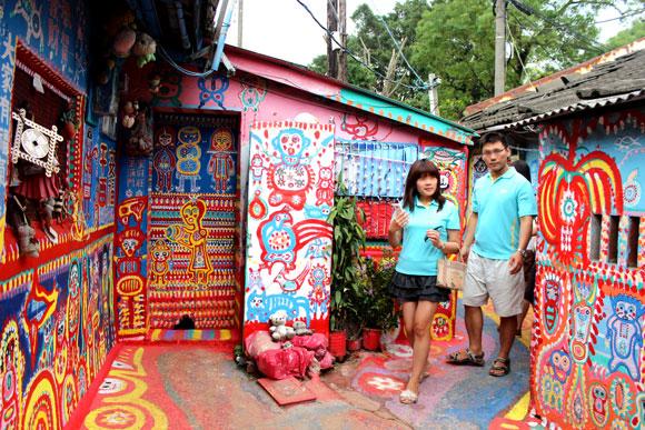【魅惑の台湾】世界でもっとも鮮やかな村! 一人のおじいさんが作りだした虹の村 / 台中の「彩虹眷村」