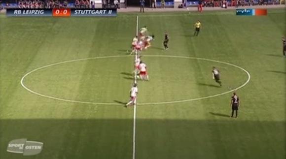 【衝撃サッカー動画】ドイツの試合で超攻撃的なキックオフゴールが炸裂したと話題