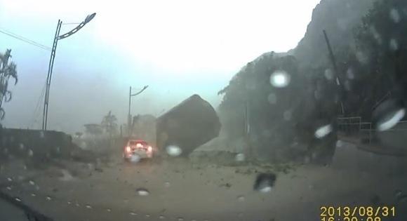 【衝撃動画】これぞ九死に一生! 台湾で撮影された「土砂崩れ時のドライブレコーダー」映像が危機一髪すぎてヤバイ!!