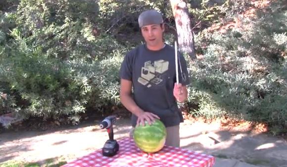 これはナイスアイデア! 手を汚さずにたった2分でできる斬新なスイカジュースの作り方