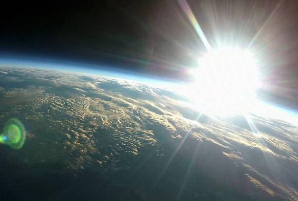 【動画あり】上空約3万メートルからの「日の出」をとらえた気球撮影が神秘的すぎる / 青い朝焼けは圧巻