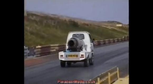 【衝撃クルマ動画】日本の軽トラに「戦闘機用ターボジェットエンジン」を搭載して走るとこうなる
