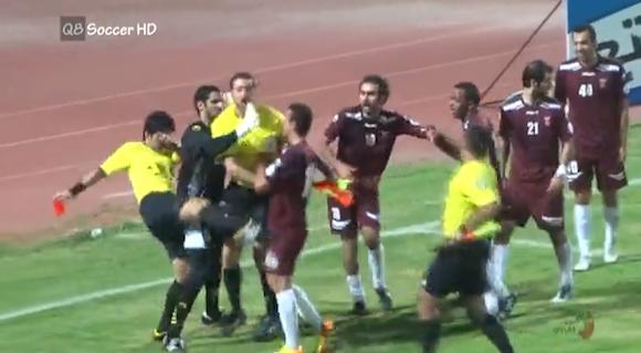 【衝撃サッカー動画】判定に抗議した選手たちに審判がブチ切れ → 殴る蹴るをした上にカードを乱発 → スタンドからは大ブーイング