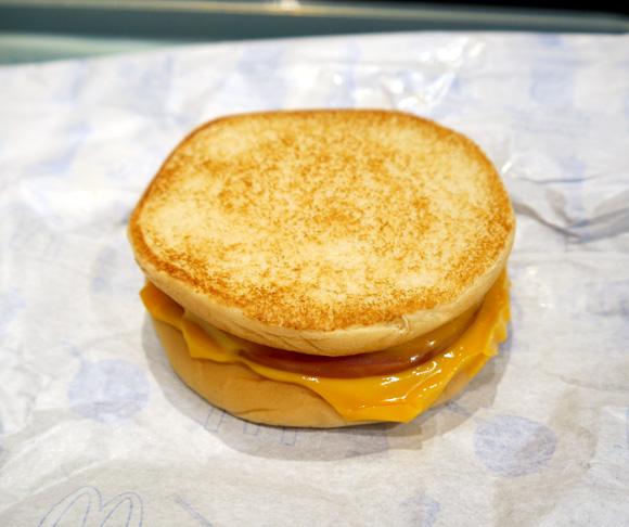 本日発売開始の「マックトースト」を食べてみた / 思ってたよりもペッタンコではないことが判明