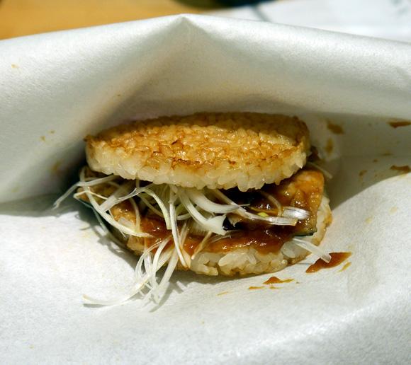 本日(10月29日)発売のモスの「サバ味噌バーガー」を食べてみた! 匂いだけでご飯3杯いけるレベル