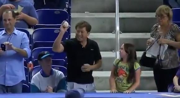 【衝撃野球動画】観客席に投げ込まれたボールを子供から取り上げちゃう大人げない人たちの映像集