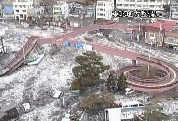 道路上の監視カメラが記録していた3.11津波映像