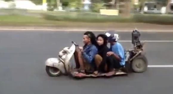 【衝撃動画】普通の道路を普通に走る「すさまじく車高の低い3ケツのベスパ」が撮影される