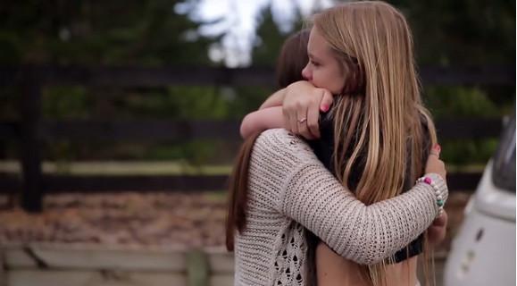 感動のラストに涙が止まらない! ネットで出会い無二の親友になった2人の少女が初めて対面した瞬間をとらえた映像