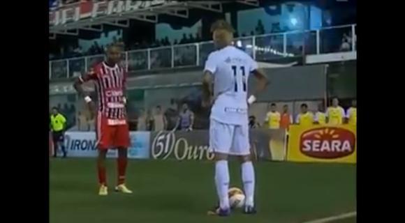 【衝撃サッカー動画】ブラジル代表・ネイマール選手の超絶テクで相手をいなすプレー集