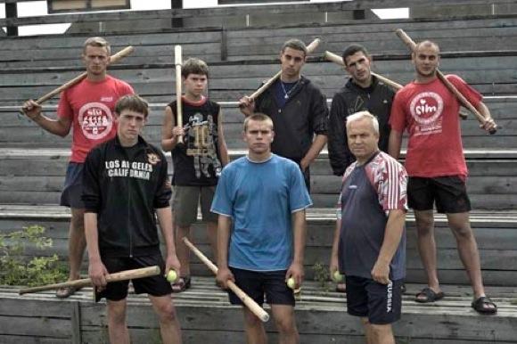 【衝撃野球動画】ロシア式の野球がスゴい / 股の間からバットをスイング