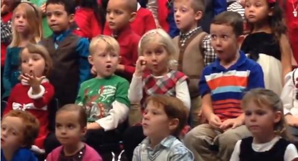 パパとママに楽しんでほしい! 幼稚園児がクリスマスソング合唱で聴覚障害の両親のために手話通訳!! 感動を呼び動画再生560万回以上の大ヒットに