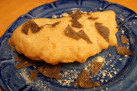 【安すぎ】茨城・つくば市のピッツェリア『アミーチ』がトリュフたっぷりの揚げピッツァをクリスマス限定で販売 / 1575円と超絶お得で笑った