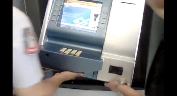 【動画あり】ブラジルで発見された「ATMスキミング機」が大胆すぎてヤバイ