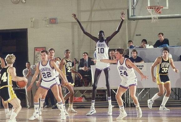 【衝撃バスケ動画】コラかと思ったらマジだった! デカすぎる伝説のバスケ選手「マヌート・ボル」が残した偉業