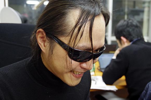 【衝撃】合コンでサングラスをかけて「玄人志向の人」のモノマネをすると女子にモテモテになるらしい